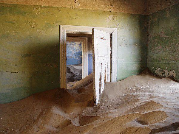 Kolmanskop (Namibie) : construite en 1908 par des colons allemands intéressés par l'exploitation du diamant, cette ville déserte est aujourd'hui une attraction touristique… et le terrain de jeu des photographes les plus talentueux.
