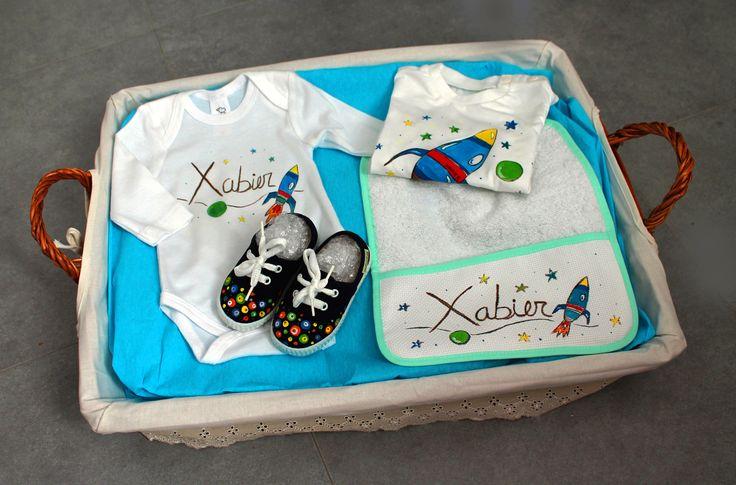 Cesta espacio grande. Está compuesta por: Zapatillas + body, camiseta y babero personalizados con dibujo y nombre.