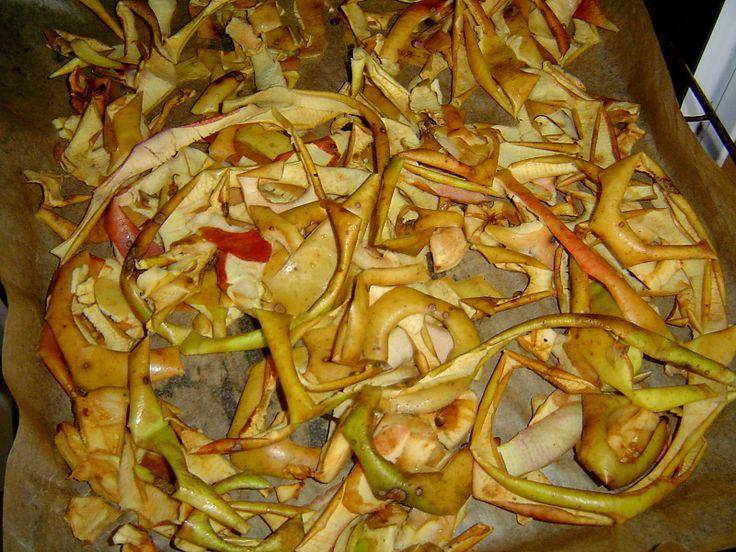 Jablečné slupky nevyhazujeme, ale sušíme do zásoby na vynikající pravý jablečný ovocný čaj
