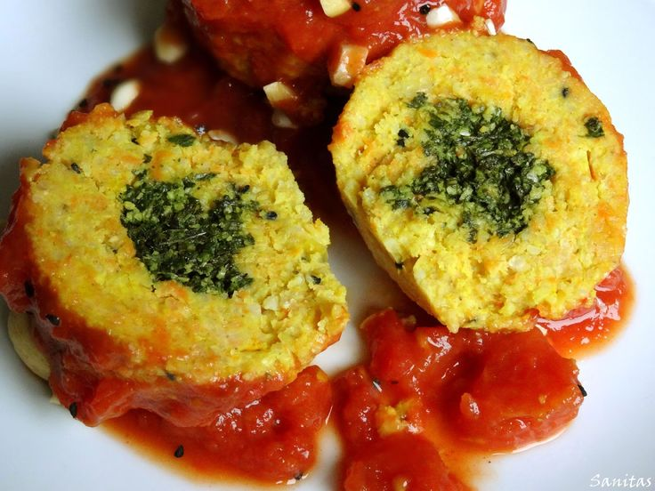Sanitas: Jaglane kluski nadziewane zielonym pesto z sosem pomidorowym