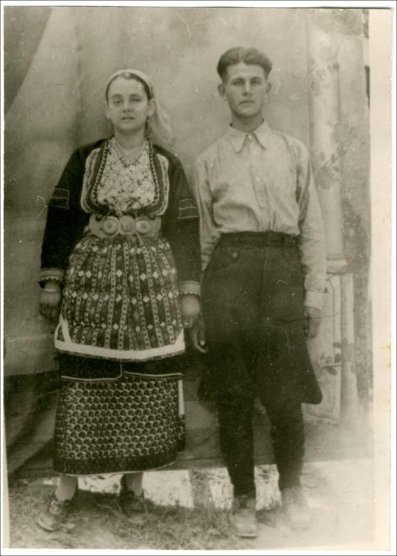 Γυναικεία φορεσιά από τα χωριά του κάμπου της Ημαθίας: Χαρίεσσα, Αγ. Μαρίνα, Άγ. Γεώργιος, Κοπανός, Παλιό Ζερβοχώρι. Ημερομηνία Έκδοσης: 1939. Συλλογή Χρυσάνθης Κωστοπούλου; Άγιος Γεώργιος (Ημαθία) Δημόσια Κεντρική Βιβλιοθήκη της Βέροιας