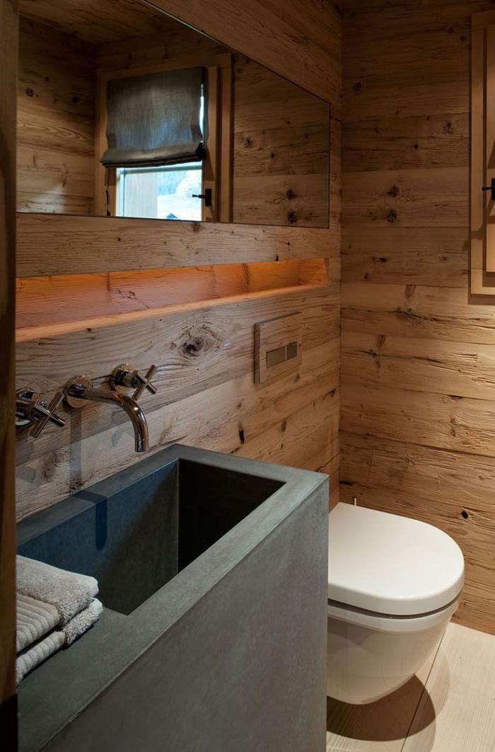 salle de bain rustique, robinetterie murale métallique, revêtement bois