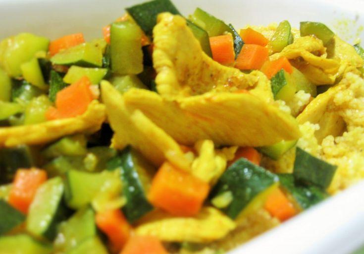 Il pollo al curry con verdure è un piatto veloce da preparare, va servito come piatto unico insieme a riso lesso o cous cous o semplicemente come un secondo. Pollo al curry con verdure Ingredienti 100 g di petto di pollo a persona tagliato a tocchetti 1 cucchiaio di olio extravergine di oliva a pe