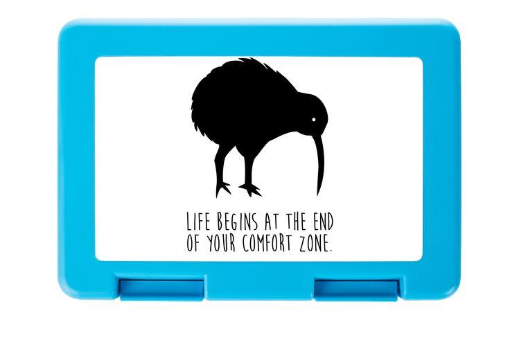 Brotdose Kiwi Vogel aus Premium Kunststoff  schwarz - Das Original von Mr. & Mrs. Panda.  Diese wunderschöne Brotdose von Mr. & Mrs. Panda ist wirklich etwas ganz Besonderes - sie ist stabil, sehr hochwertig und mit einer exklusiven und schimmernden bedruckten Aluminiumplatte  ausgestattet.    Über unser Motiv Kiwi Vogel  Kiwi-Vögel oder Schnepfenstrauße sind nachtaktive und flugunfähige Vögel (Laufvögel) und sind in Neuseeland zuhause.   Der Kiwivogel ist nicht nur eine tolle Erinnerung an…