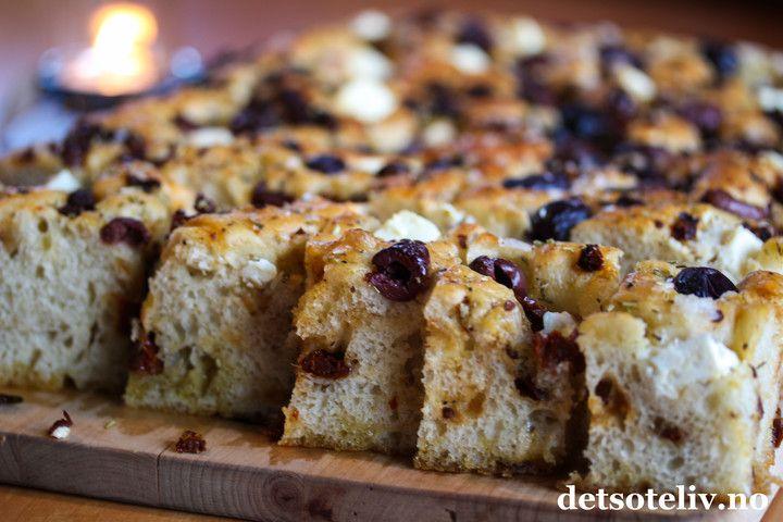 I alt det søte her på Det søte liv,finnes det en kategori forosterelaterte oppskrifter - rett og slett bare fordi jeg er utrolig glad i ost ,og her hender det atjeg av og til sniker inn bakverk som ikke smaker søtt. Denne fantastiske oppskriften på Focaccia synes jeg er så god at den definitivt fortjener en plass her på bloggen!Jeg lager den med fetaost,i tillegg til oliven,soltørkede tomater, hvitløk og mye godt urtekrydder. Oppskriften er til stor langpanne og gir enSTOR porsjon…