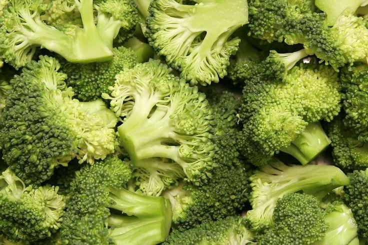 1. Broccoli: aiutano a prevenire cellule cancerogene, sono una fonte di folati importanti nella gravidanza e stimolano la diuresi riducendo i sintomi di gonfiore nel periodo pre mestruale.