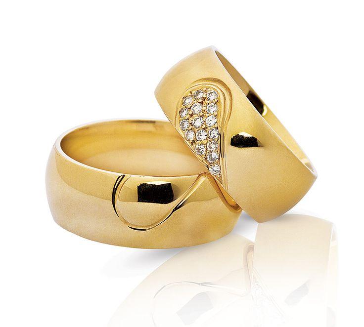 Smukke NURAN vielsesringe, hvor dameringen er med i alt 0,13 karat diamanter. Ringene nås i 8 eller 14 karat guld og hvidguld, og danner et smukt hjerte når de sættes sammen - en flot symbolik <3 #NURAN #vielsesringe #weddingrings