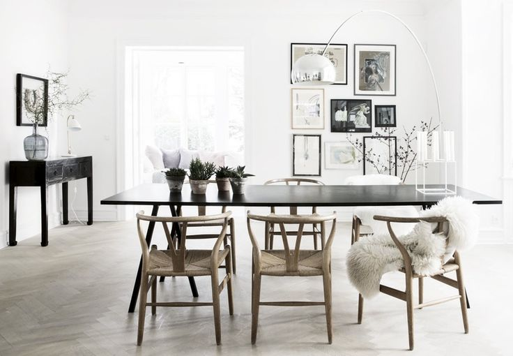 Amazing dining room with nordic interior design in natural materials. We love the Wishbone chairs by Hans J. Wegner from Carl Hansen & Soen.