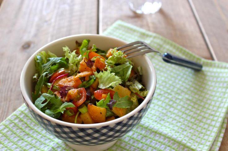 Aardappelsalade met tomaat, lente-ui, rucola en zelfgemaakte honing-mosterd dressing - Lekker en Simpel