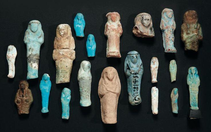 -  Lot composé de vingt shaouabti et oushebti, certains inscrits. (20 objets). Terre siliceuse glaçurée. Égypte, de la Troisième Période Intermédiaire à l'Époque Ptolémaïque. H_de 4 cm à 10,5 cm ./tcc/