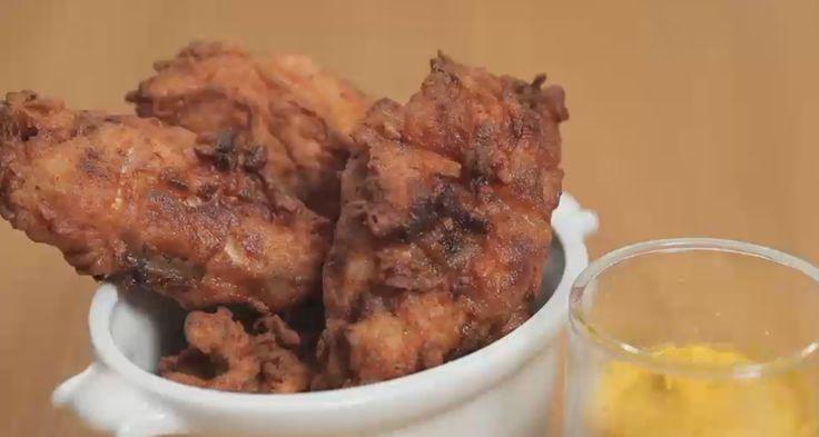 Il pollo fritto speziato unisce una marinatura realizzata con yogurt a una panatura croccante e piccante, servitelo caldo per l'aperitivo.