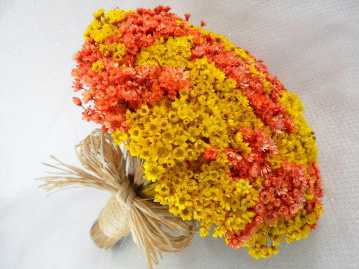 Buquê de flores secas.São Sempre Vivas, <br>Acabamento em sisal. <br>Cores amarelo e laranja. <br>Temos,azul marinho,vermelho,rosa ,rosa claro,amarelo,laranja,beginho,palha,champanhe e pink.