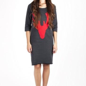 Ciepła sukienka z dresowej dzianiny  Surowe wykończenie  Kolor: ciemny szary  Rękawy 3/4  Jeleniowa aplikacja z materiału w kolorze malin  100% bawełna  300g/m2    Na życzenie skracamy sukienkę do dowolnej długości.    Modelka ma 176 cm wzrostu.