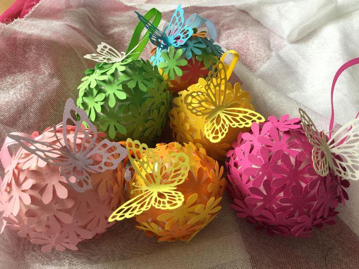 Květinové koule - Polystyrenové kouličky olepíme kytičkami z barevného papíru ozdobímemotýlkem a šnůrkou na zavěšení ( DIY, Hobby, Crafts, Homemade, Handmade, Creative, Ideas, Handy hands)