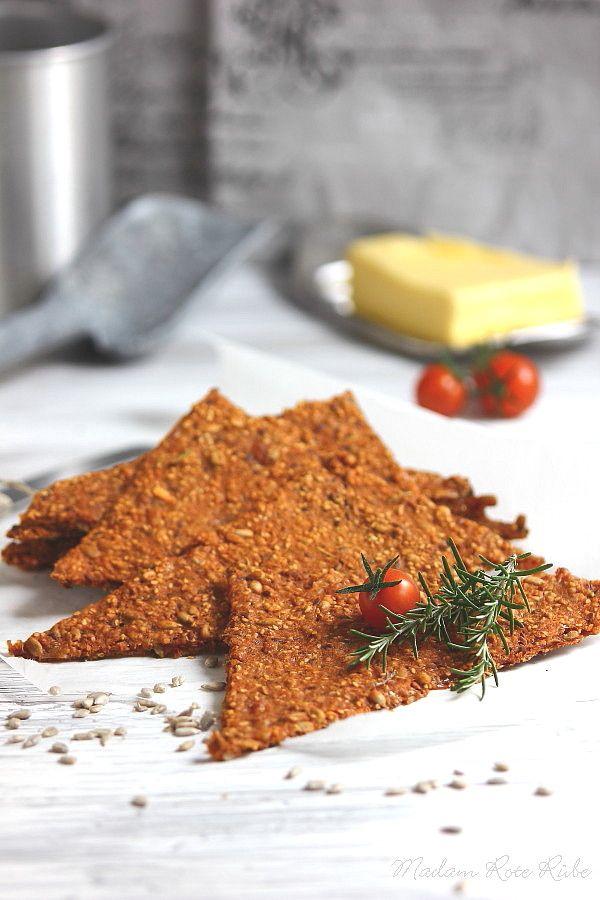 Parmesan, Tomate und Rosmarin begeistern in diesem Knäcke, ein vorzügliches Trio, um neue Geschmacksfontänen im Gaumen spürbar werden zu lassen.