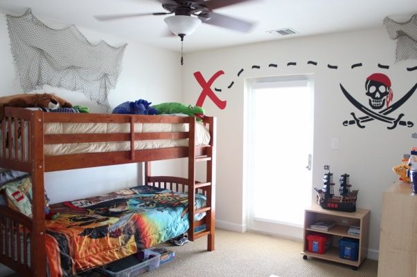 Pirate bedroom pirate themed bedroom with pirate ship for Boys pirate bedroom ideas