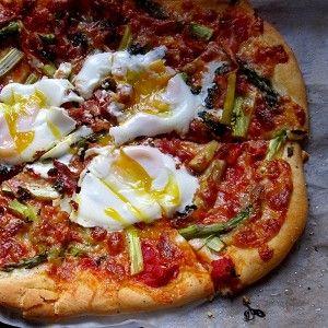 Пицца со спаржей и яйцами