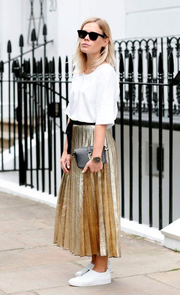 Street style look com saia plissada metalizada.