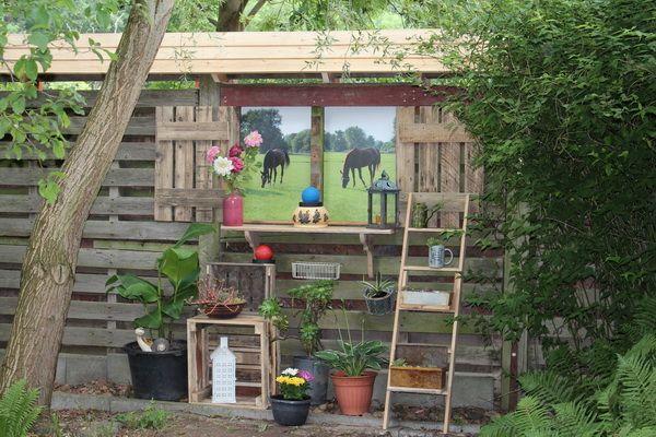 Sichtschutzwand aus alten Paletten im Garten