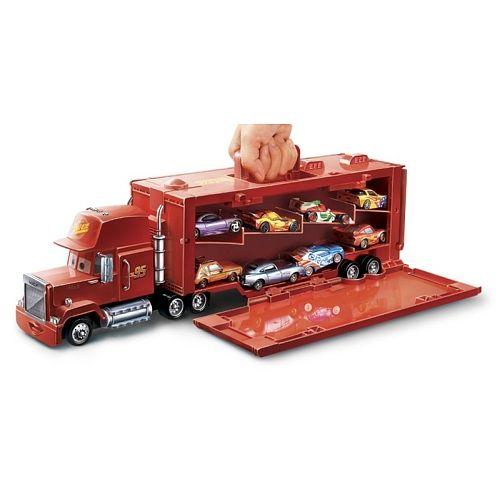Emporte tes véhicules Cars partout avec toi. Ce superbe camion Mack est 2 en1. Non seulement il se déplace comme un vrai camion, mais la remorque peut aussi se détacher pour devenir une mallette de transport contenant jusqu'à 16 voitures. Voitures non incluses.