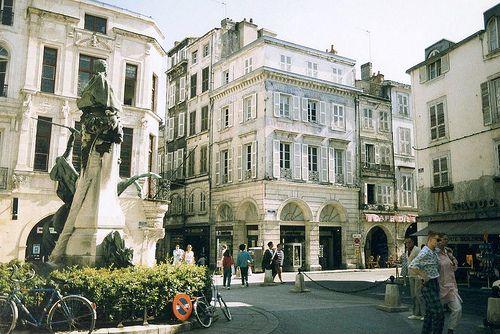 Petite Place au coin de la rue du Cordouan, de la rue des Bonnes Femmes et de la rue du Minage. La Rochelle. C.B.