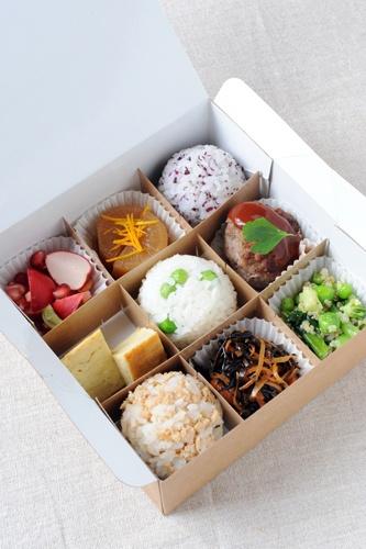 Bento Boom ムスビの目玉商品。小ぶりのおむすび3種、おかずを6種詰めた、日替わりの「ベント・スペシャル」