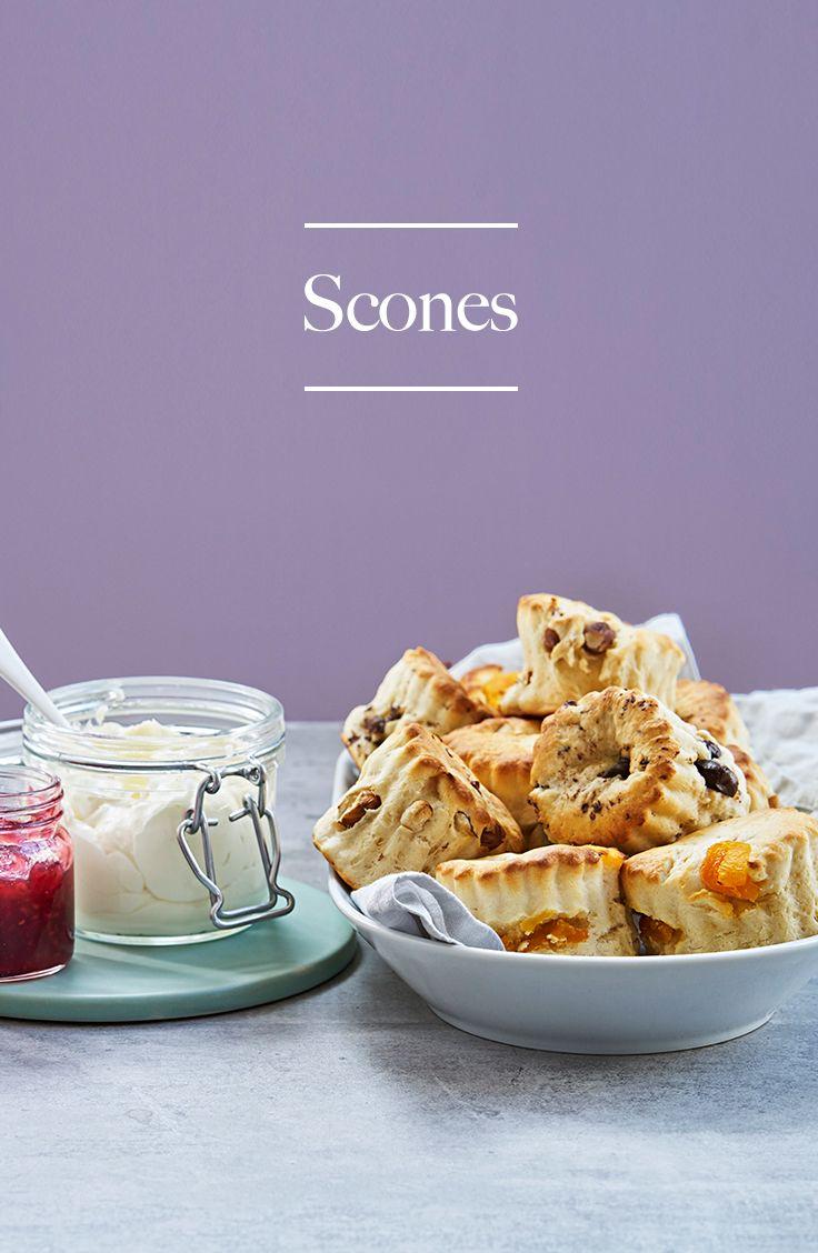 Tänk dig en riktigt lång och skön helgfrukost. Tänk dig nu hur riktigt kvargsaftiga och varma scones kommer ut ur ugnen. Kan det bli bättre? Servera dina rykande heta scones med fräscht kvargfluff. Länge leve helgfrukosten!