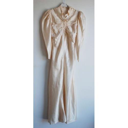 Brudklänning i siden från 1933 på Tradera. Brudklänningar |