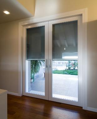 alzante scorrevole doppia anta interno muro con tenda oscurante - Double pocket lift and slide patio door with motorized embedded shading.