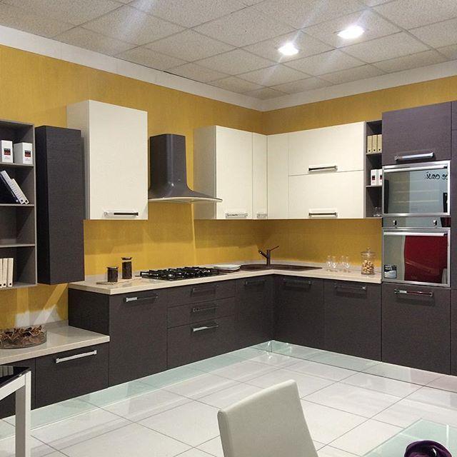 Oggi ti mostriamo un modello di cucina più moderno. Mamma mia quante ne abbiamo! Perché siamo il più grande centro cucine del Sud Italia. Vieni a trovarci all'ingresso di Modugno (Bari) in via Roma 120.