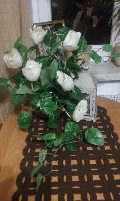 Stół ubrany w kwiaty