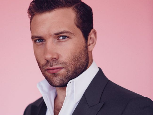 Jai Courtney. If I'm suppose to hate Eric in Divergent then they shouldn't have cast this guy to play him! Holy hell...he's hot.