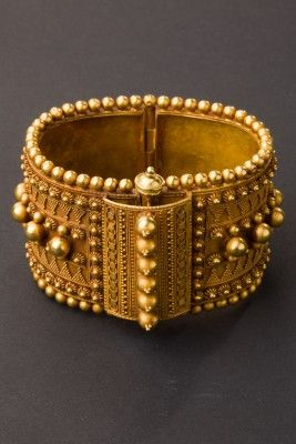 Gold bracelet with refined decoration by micro-granulation and applied elements. Origin: Tamil Nadu, south India, Age: Beginning of 1900, Materials: 22 carat gold ...