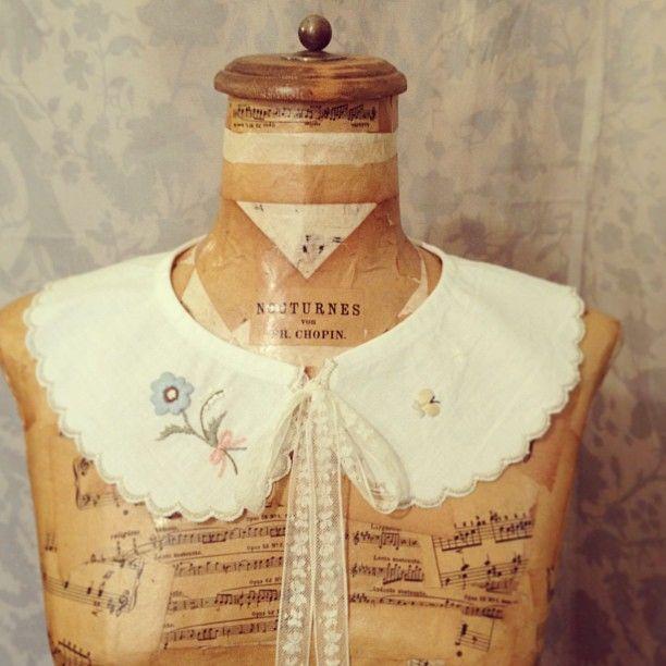 coeurさんにて、8月に刺繍のワークショップをさせて頂くことになりました。 気になる方は是非ブログをご覧下さいね。 お好みの花刺繍をちくちくと足していき、世界でひとつだけの付け襟を作っていただけます。
