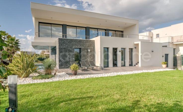 Maison Camille : une maison Moderne conçue par l'architecte François Thoulouze. Plan de maison contemporaine, cette propriété originale dispose d'une surface habitable totale de 170,5m². Ce modèle de maison de style urbain s'adapte à la plupart des régions. Le rez-de-chaussée accueille trois chambres, dont une suite parentale...