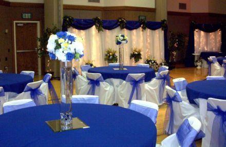 navy blue tablecloths, sunflower centerpieces | Decoração de Casamento Azul e Branco