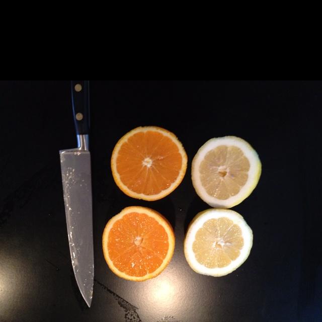Citrus för hybrid på creme brule och creme catalana, och till kvällens kommunala bordsvatten filtrerat genom stenåsarna i Vallda. Förmodligen Sveriges bästa kranvatten.