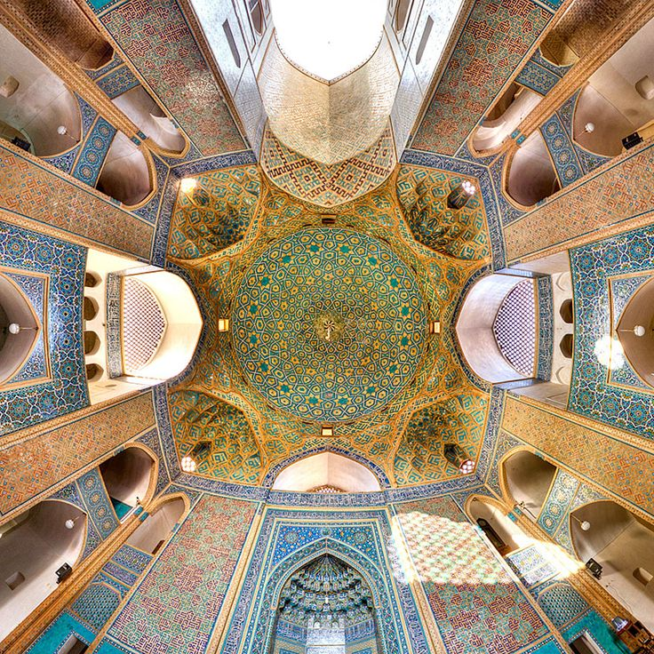 La arquitectura de Oriente Medio es conocida por su caleidoscópica belleza. Si aún no has tenido la oportunidad de verla por ti mismo, el fotógrafo de instagram m1rasoulifard nos lleva a un asombroso viaje visual. Se dedica a captar lo mejor de los detalles arquitectónicos de Irán en sus hipnóticas fotos. El fotógrafo rinde tributo a las mezquitas más significativas de Irán, aunque también se encuentran otros complejos culturales. Mezquita de Jame, Yazd, Irán