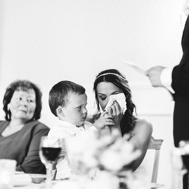 *SMELT* Mamma får en hjelpende hånd mens pappa holder en rørende tale 💝💕 #momentstudio #bryllupsfotograf #brudgommenstale #fotografenbleogsårørt