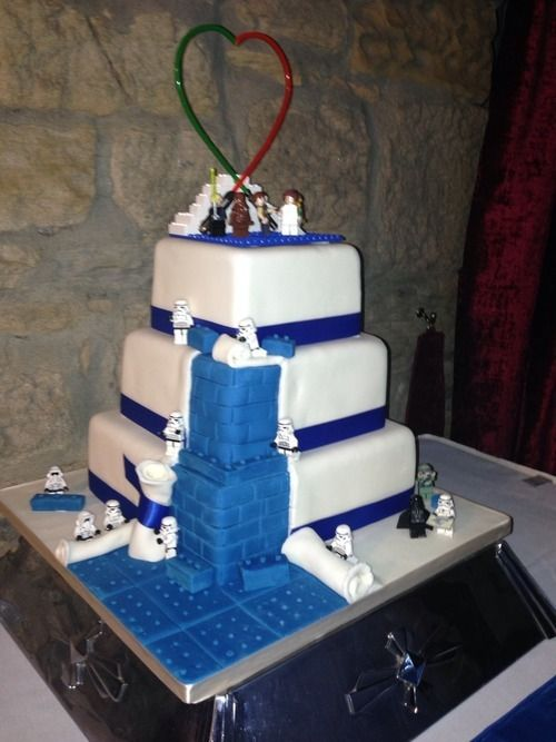 These are some of my favorite things all in one: cake, Legos and Star Wars