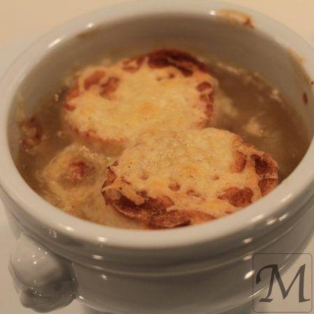 En fransk klassisk suppe, med masser af løg, hvidvin og brød gratineret med ost. I denne udgave, er løgene stegt langsomt uden at tage for meget farve, men så de opnår sødme og en let karamellisering. Ved siden af, er der opbagt en suppe med smør og mel, samt hvidvin og oksefond/sky.   #hvidvin #løg #suppe