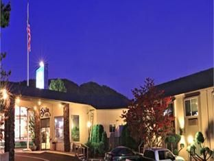 Grants Pass (OR) Shilo Inn Grants Pass Hotel United States, North America Shilo Inn Grants Pass Hotel is conveniently located in the popular Northwest Grants Pass area. The hotel has everything you need for a comfortable stay. Facilities for disabled guests, Wi-Fi in public areas, car park, airport transfer, meeting facilities are just some of the facilities on offer. Each guestroom is elegantly furnished and equipped with handy amenities. Entertain the hotel's recreational fa...