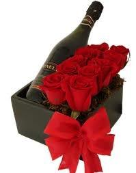 ARREGLO DAMA ROJA (Código A021) Consta de rosas ecuatorianas más botella de vino en caja de madera y un listón rojo como toque especial. Valor: $ 35.990