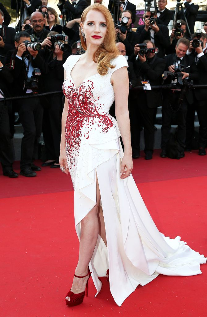 2017 Cannes: Jessica Chastain is wearing a white cap sleeve Zuhair Murad dress with intricate red embellishments and asymmetrical hemline. The pop of red is beautiful on Jessica! This dress fits her beautifully!