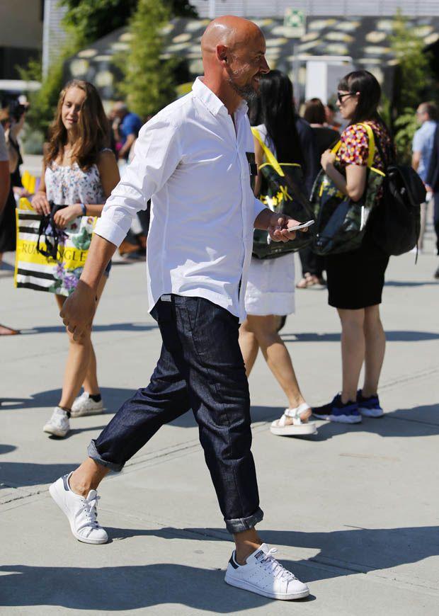 白シャツ×デニムのいまどきで上品なこなし方がこちら。シャツの腕元はキッチリ捲り、裾はアウト。さらにデニムはロールアップで足首見せ、と軽快さを生むテクニックが満載です。 ※13 Sep. 2016 at 福本和洋 Snap LEONでもっと見る!