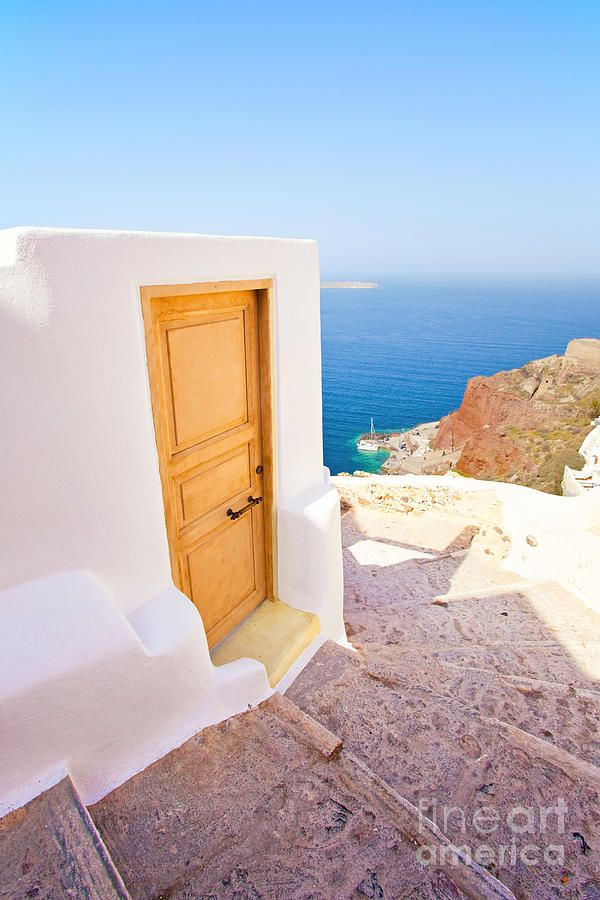 Stairs down to de fishing port of Oia, Santorini_ Greece