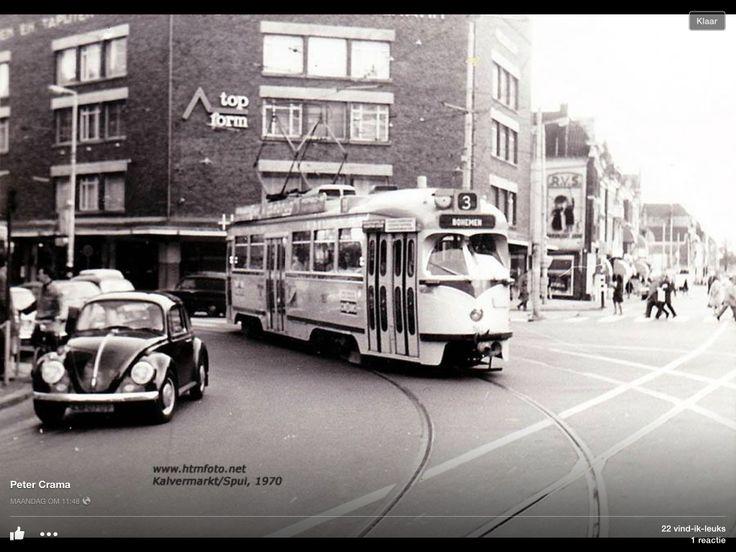 Kruising Kalvermarkt/Spui-Den Haag 1970. Ik werkte op Scheveningen en kwam hier elke ochtend en elke avond weer langs. Nooit gedacht dat ik dit nu als een fijne herinnering zou zien......!