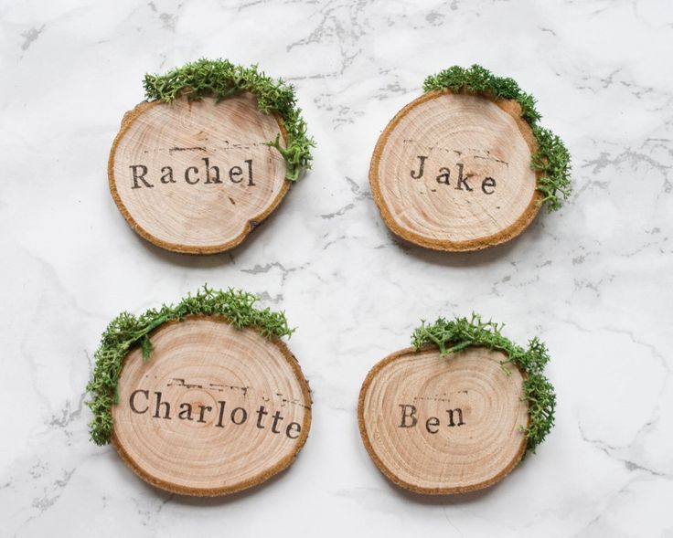Wedding Place Cards / Rustic Place Settings / Wooden Wedding Favours / Wood Slice Place Names / Woodland Wedding / Moss Escort Cards / UK par RachelEmmaStudio sur Etsy https://www.etsy.com/fr/listing/266534923/wedding-place-cards-rustic-place