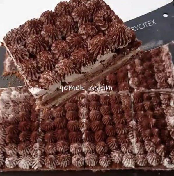 Çok lezzetli ve muhteşem olan Bu pastayı bıkmadan usanmadan her daim yiyebilirim 😋çünkü çook güzel😍en dar vakitlerde kesinlikle kurt..