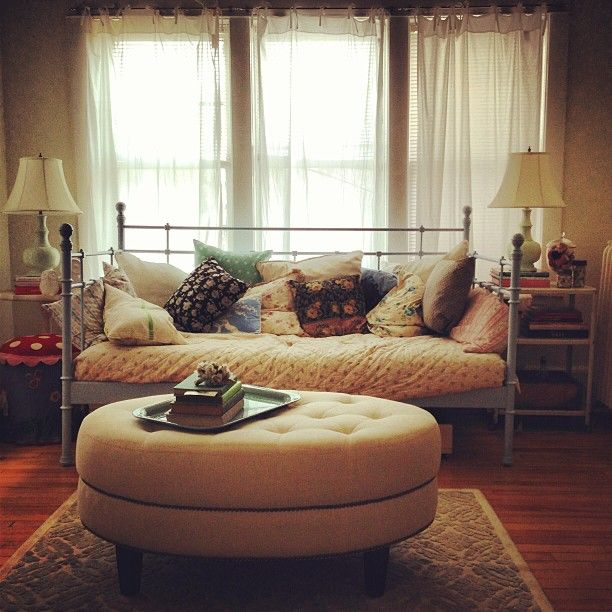 Small Office Den Decorating Ideas: Daybed And Big Ottoman For Guest Bedroom/office